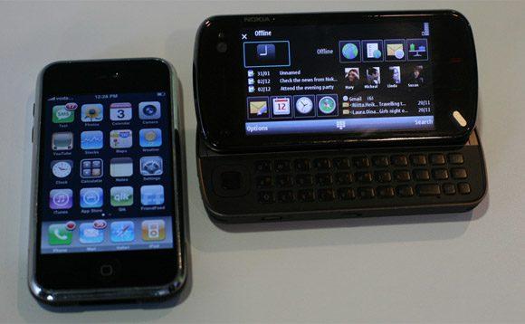 Nokia N97 comparat cu Iphone-ul 3G. Dimensiunile sunt similare, mai putin grosimea