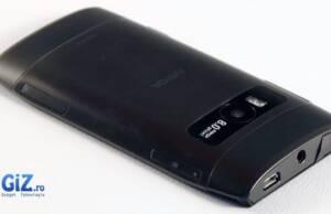 Jack-ul de 3.5 mm si slotul micro USB sunt plasati in partea de sus a telefonului