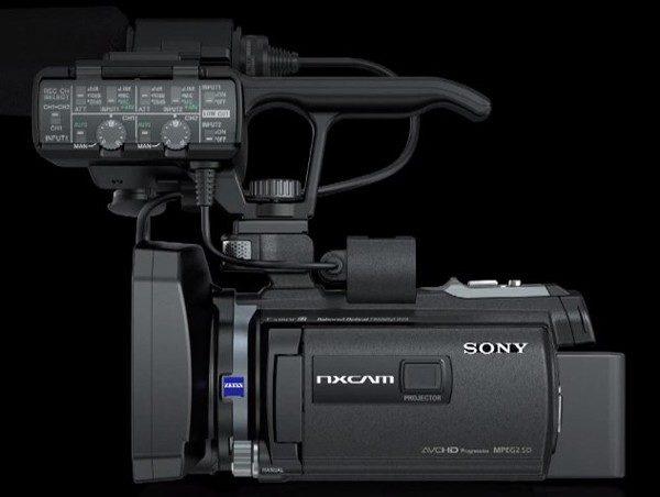 Sony HXR-NX30 este dotat cu proiector