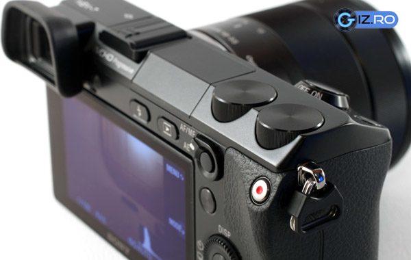 Rotitele pentru setari, blit-ul incorporat si viewfinderul sunt doar cateva dintre punctele forte ale Nex-ului 7