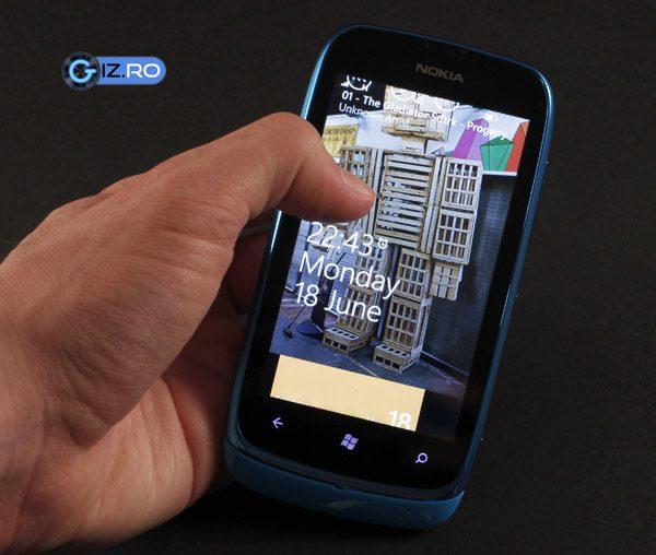 Nokia Lumia 610 sta bine in mana si are un aspect tineresc