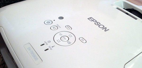 Butonalee si comenzile uzuale sunt pe parte asuperioara a proiectorului, sau pe telecomanda