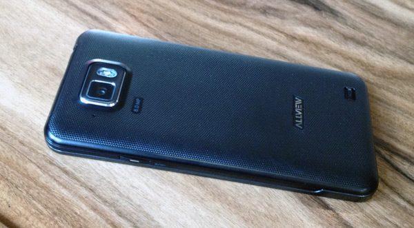 Telefoanele sunt destul de solide, aducand mult cu Samsung-ul SGS2 la exterior