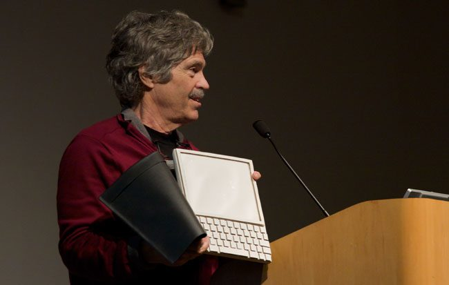 Alan Curtis Kay alaturi de prototipul Dynabook