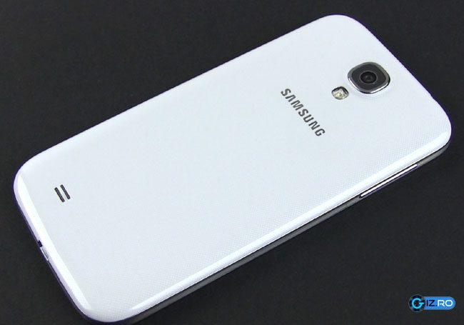 Capacul lui Samsung Galaxy S4 este tot din plastic, dar ceva mai rafinat
