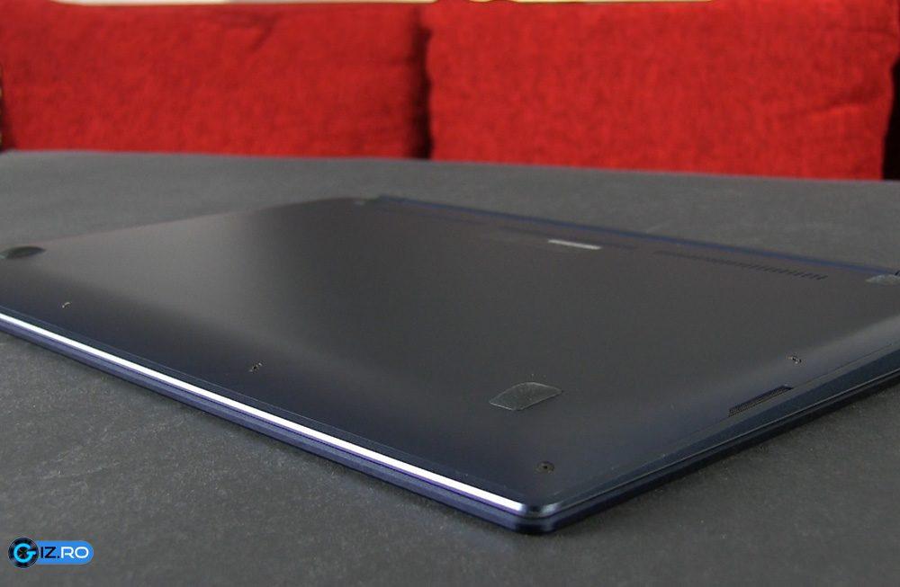 Spatele lui Zenbook UX301LA este metalic