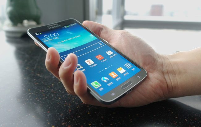 Un telefon mare cu ecran curbat poate fi utilizat mai usor cu o singura mana
