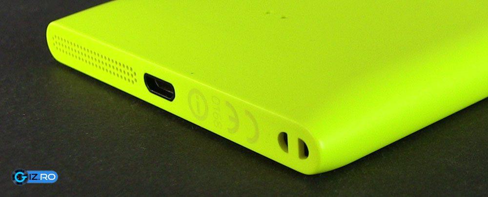 In partea de jos, Lumia 1020 are si difuzor