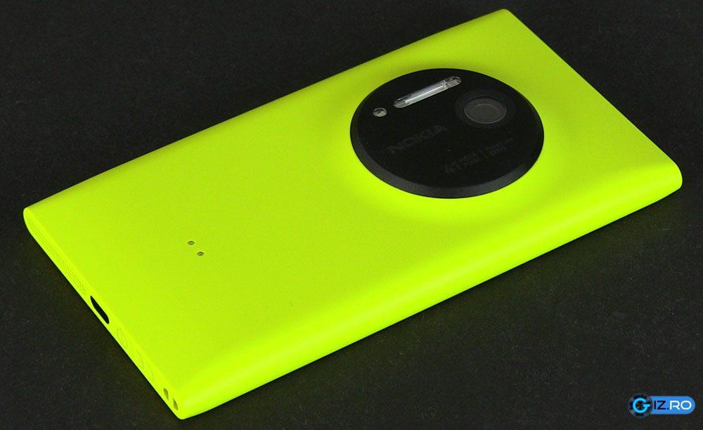 Spatele lui Lumia 1020 este dominat de senzorul de 41 MP