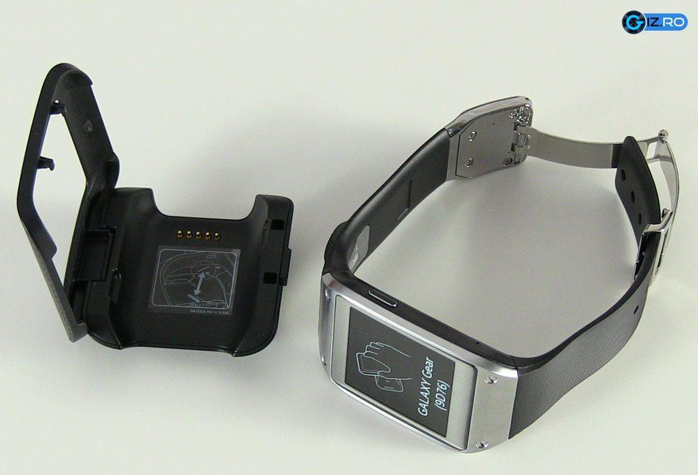 Suportul ese necesar pentru a putea incarca smartwatch-ul