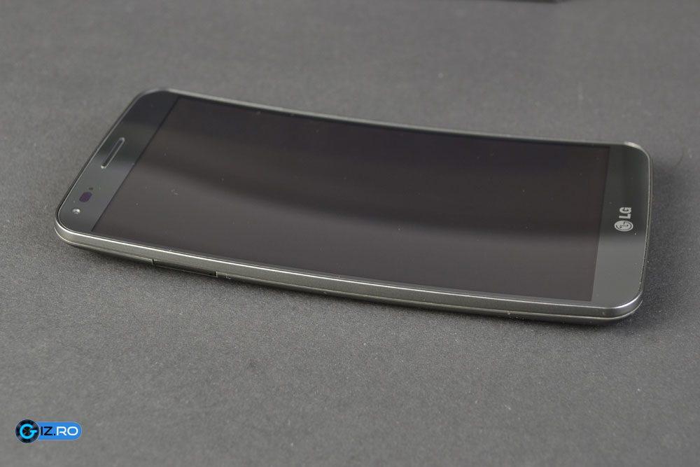 Curbura telefonului LG G Flex iese usor in evidenta