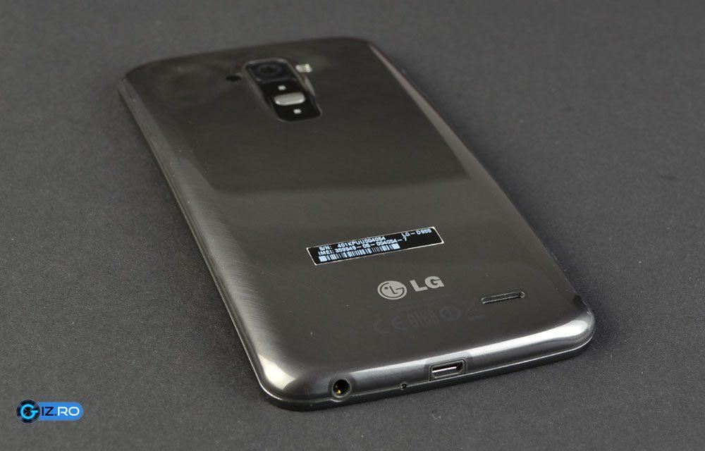 Spatele lui LG G Flex retine destul de mult amprentele