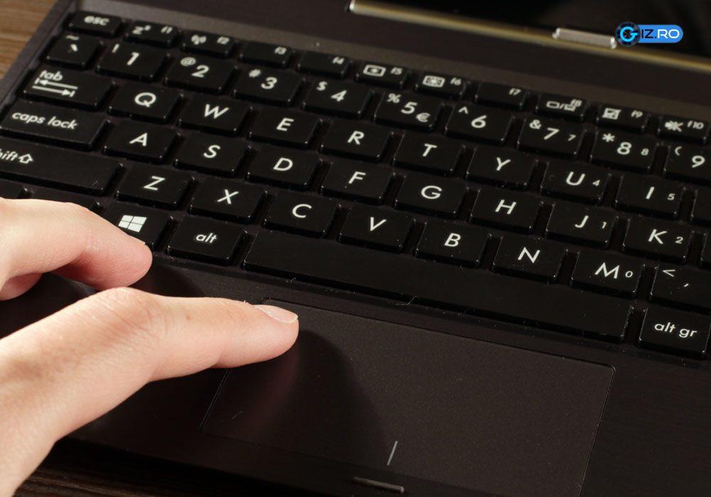 Trackpad-ul are numeroase sincope, dar poate fi inlocuit cu un mouse