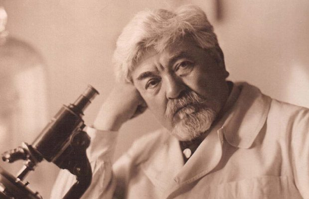Ion Cantacuzino in 1926, lucrand la microscop