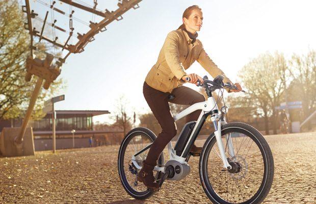 Bicicletele electrice, ideale pentru cei care vor sa combine utilul cu placutul