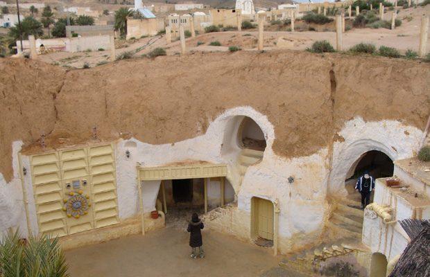 Cateva dintre intrarile in orasul subteran Matmata