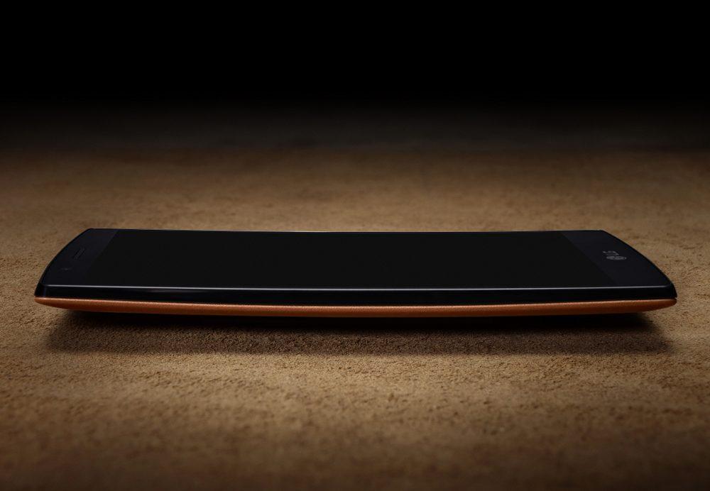 LG G4 are o carcasa usor curbata