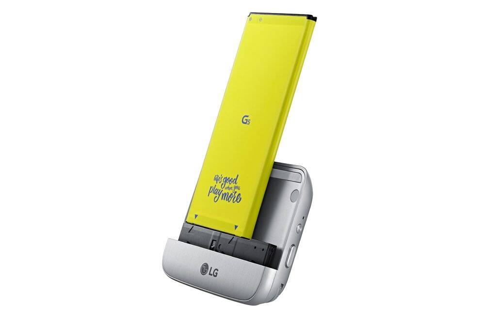 Partea de jos a telefonului se detaseaza impreuna cu bateria