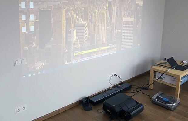 Review Epson EH-LS100 – video-proiector laser ultra-short-throw