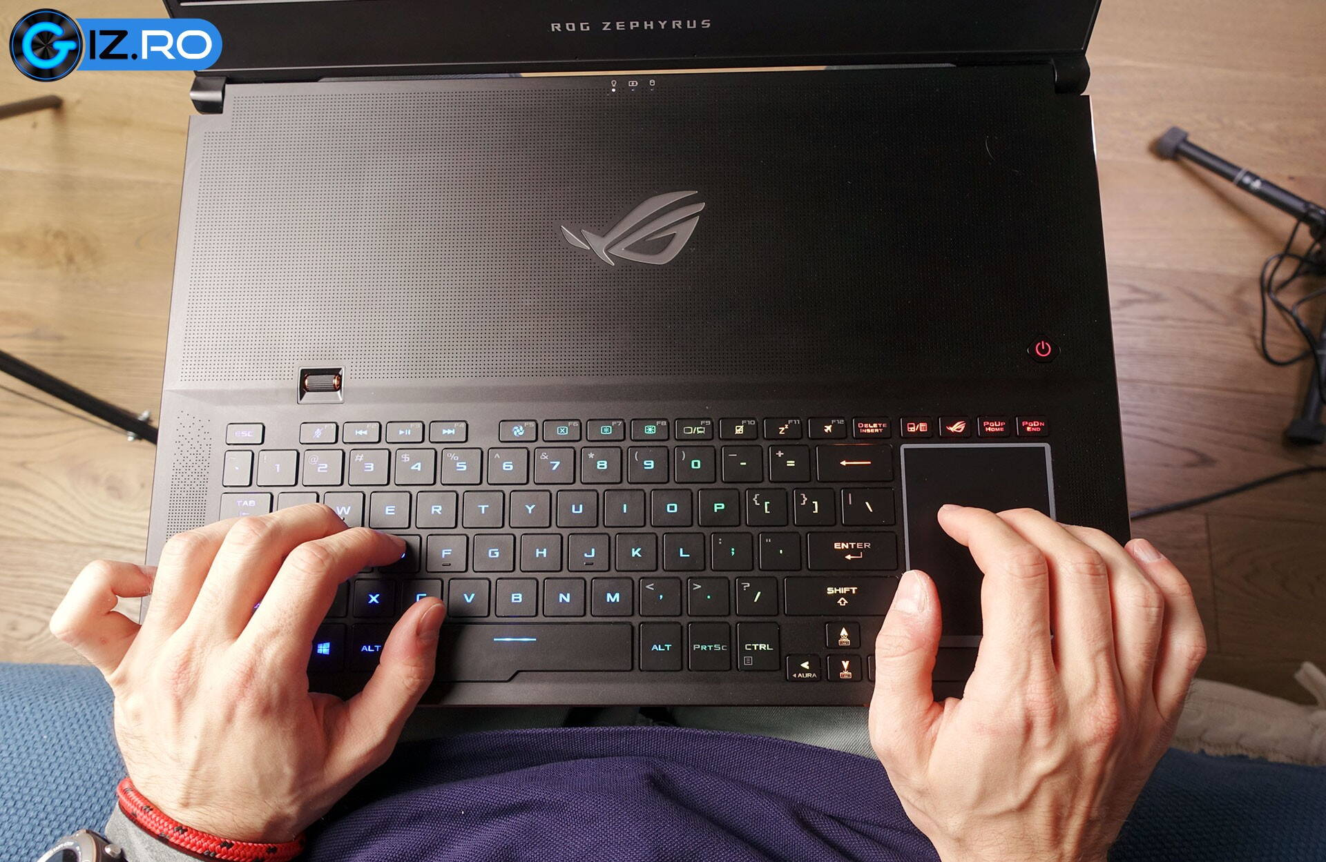 asus-rog-zephyrus-gx701-using-on-the-lap